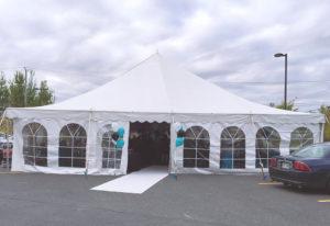 un événement privé, location de chapiteaux traditionnel avec ballon bleu