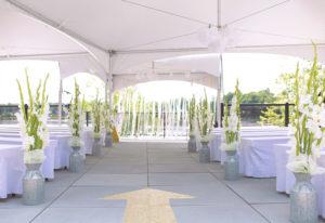 Allée des mariée banc décoré avec des fleurs blanches , avec chapiteaux CDQ