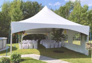 Chapiteaux extérieur avec allée des marié et chaises habillées