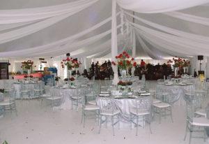 habillage du plafond et des mats, lustre, pour la location de chapiteaux au centre-du-québec, Chapiteaux CDQ. Chaises translucides