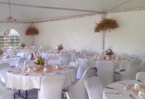 Table et chaise habillé lors d'un mariage sous un chapiteaux, avec chapiteaux CDQ
