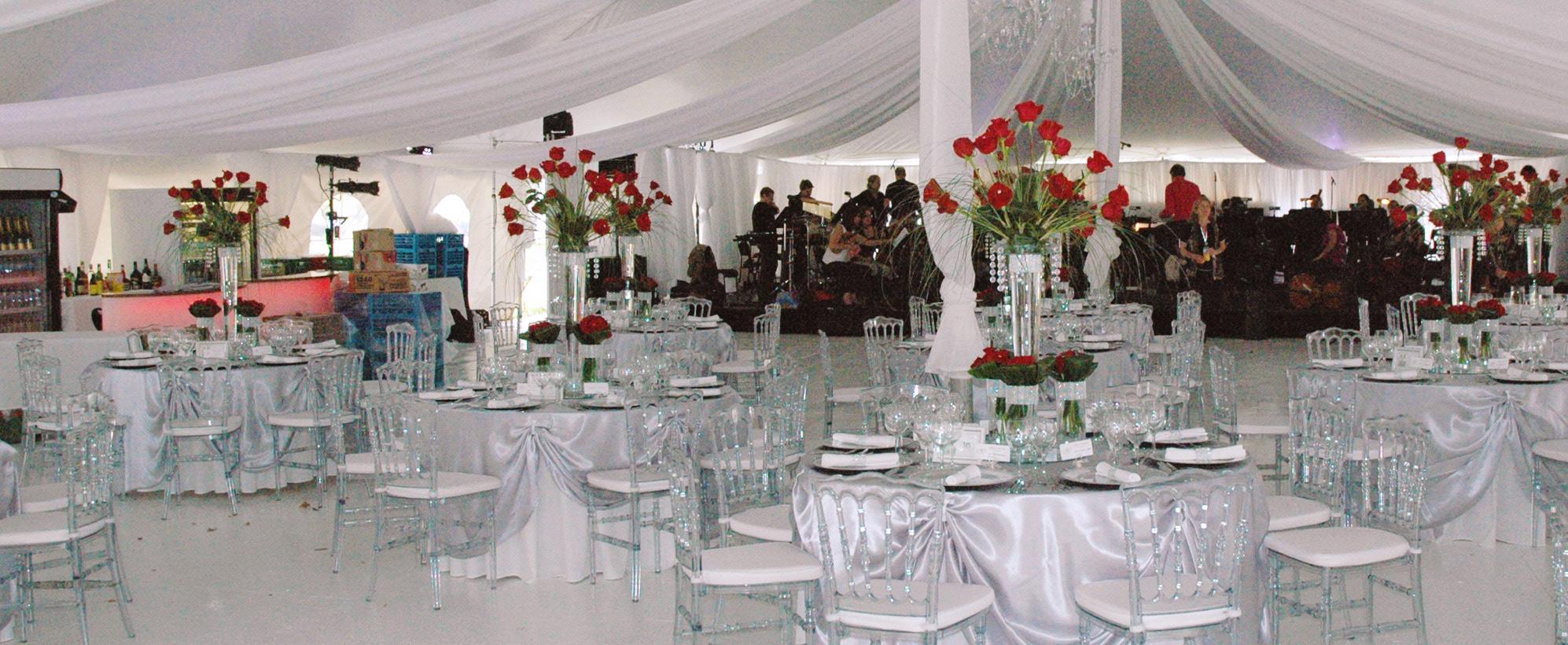 habillage du plafond et des mats, lustre, pour la location de chapiteaux au centre-du-québec, Chapiteaux CDQ. Nappe, chaises, tables, coupes, verres, décoration.