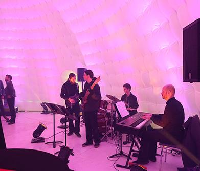 Groupe de musique jouant dans une tente igloo de Chapiteaux CDQ